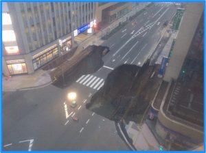 道路陥没博多駅前セブンイレブン朝