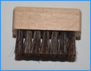 土屋鞄の長財布「ニッティング メッシュロングウォレット」付属の小ブラシ