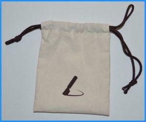 土屋鞄の長財布「ニッティング メッシュロングウォレット」付属の小ブラシ用の袋